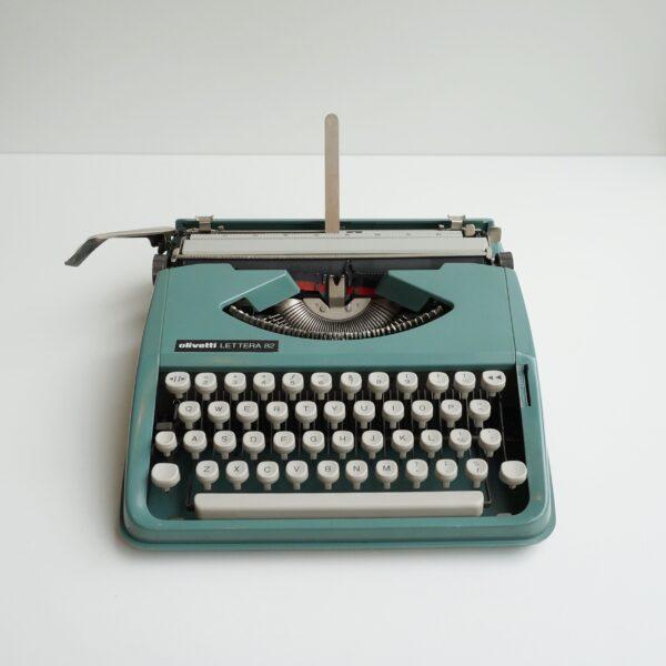 olivetti lettera 82 typewriter